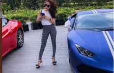 Cantiknya Hana Hanifah Berpose di Mobil Sport Hingga Klasik - JPNN.com