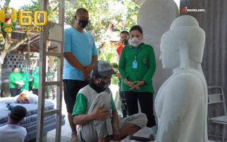 Hetty Andika Perkasa Barikan Bantuan kepada Pengrajin Batu di Magelang
