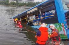 Sopir Mabuk Sengaja Ceburkan Bus ke Danau, 20 Penumpang Tewas - JPNN.com