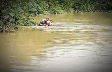 Tidak Bisa Berenang, Penyuluh Pertanian Terobos Banjir, Istri: Sudah Tak Bisa Komunikasi - JPNN.com