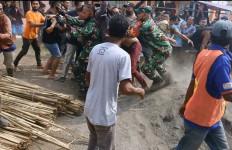 Lihat, Aparat TNI Menolong DP dari Amukan Warga - JPNN.com