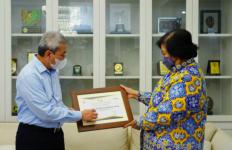 Menteri Siti Nurbaya Mendapat Penghargaan di Hari Pajak Nasional - JPNN.com
