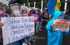 Demo di DPR: Omnibus Law RUU Cipta Kerja Memberikan Karpet Merah bagi TKA - JPNN.com