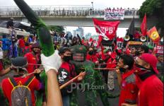 Demo di DPR: Tak Becus Urus Virus, yang Dikebut Malah Omnibus Law! - JPNN.com