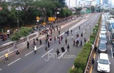 Ada Massa Bawa Bendera 'A' Blokir Tol Jalan Kota saat Aksi Tolak RUU Cipta Kerja - JPNN.com