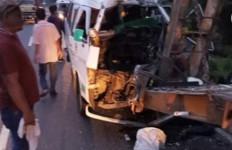 Tabrak Truk Berhenti, Bus KBT Ringsek, Satu Orang Tewas, 5 Luka-luka - JPNN.com