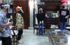 Malam-malam Rombongan Petugas Pakai APD Lengkap Datang ke Rumah Pak Ganjar - JPNN.com
