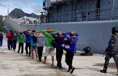 Setelah Kejar Dua Kapal Ikan Vietnam, KRI Yos Sudarso-353 Juga Tangkap 10 WNA, Nih Fotonya - JPNN.com