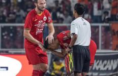Marco Motta Terkejut Saat Tangannya Disalami Pemain Muda Persija, Nih Fotonya - JPNN.com