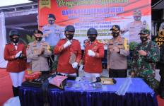 Sosialisasikan Pencegahan COVID-19 dengan Cara Unik, Aiptu Hendri Bikin Bangga Polri - JPNN.com