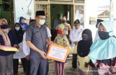 Bupati Markus Salurkan Bantuan Sembako Lewat Pasar Murah, Semoga Bermanfaat - JPNN.com