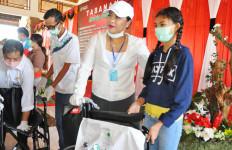 Bupati Eka Salurkan Bantuan untuk Pekerja yang Terdampak Covid-19 - JPNN.com