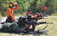 Puluhan Prajurit Bersenjata Lengkap Sigap Dalam Posisi Tiarap, Ada Apa? - JPNN.com