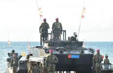 Dari Atas Tank Amfibi, KSAL Ikut Dalam Pertempuran Jarak Dekat, Nih Fotonya - JPNN.com