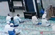 Imam Masjid Ditusuk Saat Pimpin Doa, Pelaku Datang dari Arah Mimbar, Terekam CCTV - JPNN.com