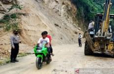 Sempat Tertutup Longsor, Jalan Panyabungan Timur Kembali Bisa Dilalui Kendaraan - JPNN.com