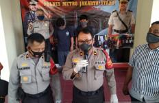 2 Petugas PSU Berbuat Terlarang di Depan Kantor Kelurahan, Tak Bisa Mengelak - JPNN.com