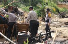 Polri-TNI Tutup 230 Sumur Minyak Ilegal di Batanghari, Enam Orang Diamankan - JPNN.com