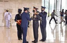 Selamat! Panglima Sematkan Bintang Angkatan Kelas Utama Kepada Kapolri - JPNN.com