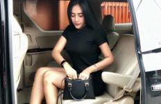 Cantiknya Vernita Syabilla Bergaya di Depan Mobil - JPNN.com