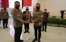 Mensos Salurkan Bantuan Sembako Dari Presiden Kepada KBPP Polri - JPNN.com