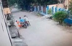 Terekam CCTV, Bocah Dibegal di Depan Rumah Sendiri, Sepeda Motor Dibawa Kabur - JPNN.com