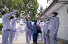 Wisuda Purna Bakti, Letda Laut Musdin Mendapatkan Gelar Kehormatan - JPNN.com