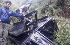 Mobil Pikap Masuk Jurang, Satu Tewas, Lihat Kondisi Mobilnya - JPNN.com