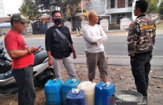 Lihat, Apa yang Dibawa Polisi di Dalam Jeriken Ini - JPNN.com