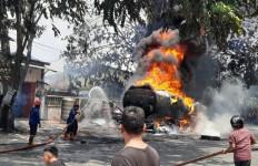 Truk Tangki Pertamina Ludes Terbakar, Ledakan Terdengar Dua Kali, Lihat Apinya - JPNN.com