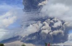 Blaaaar! Gunung Sinabung Meletus Lagi Hari Ini - JPNN.com