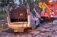 Kecelakaan Maut di Tol Cipali: 8 Orang Meninggal, Kendaraan Sampai Kayak Begini - JPNN.com
