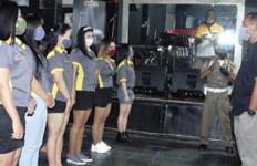 Sejumlah Perempuan Berpakaian Minim Berbaris di Depan Pria, Apa yang Terjadi? - JPNN.com