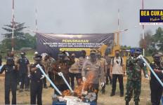 Bea Cukai Sumatera Bagian Barat Musnahkan Rokok & Miras Ilegal Senilai Rp 11 Miliar - JPNN.com