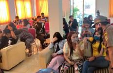 Tiga Pasangan di Dalam Kontrakan, Ada yang Kabur Habis Begituan, Sudah Enak - JPNN.com