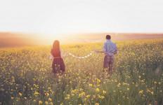 Jaga Hubungan Tetap Awet, Ini Cara Hindari Ketergantungan Pada Pasangan - JPNN.com
