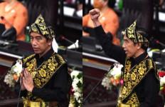 Putra NTT Terharu Melihat Presiden Jokowi Pakai Baju Adat Sabu - JPNN.com