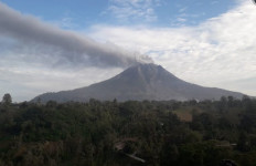 Gunung Sinabung Masih Muntahkan Debu Vulkanik Setinggi 400 Meter - JPNN.com