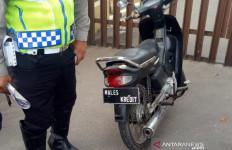 Bikin Tulisan Aneh di Pelat Kendaraan, Pengendara Ini Terpaksa Dihentikan Polisi - JPNN.com