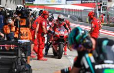 2 Motor Terbang di Depan Muka Rossi, Dovizioso Menangi MotoGP Austria - JPNN.com