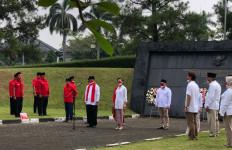 Saraswati Tabur Bunga di TMP Taruna, Kenang Jasa Sang Kakek Berjuang Lawan Penjajahan - JPNN.com