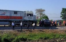 Kereta Api Hantam Izusu Panther di Kediri, Tiga Orang Tewas, Mobil Terseret 300 Meter - JPNN.com