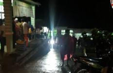 Puluhan Warga Lebak Tersambar Petir Saat Asyik Nonton Bola, Ada yang Tewas - JPNN.com