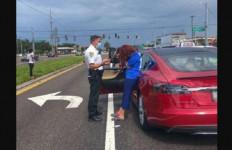 Di Bawah Pengaruh Alkohol, Wakil Wali Kota Ini Tabrak Tiga Mobil Gunakan Tesla - JPNN.com