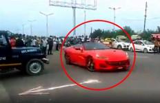 Rasain, Pengendara Mobil Mewah Ini Ditilang Lantaran Buat Aksi Berbahaya di Depan Polisi - JPNN.com