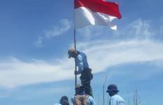 Kobarkan Semangat Nasionalisme, Pasukan Elite TNI AL Kibarkan Merah Putih di Puncak Nunukan - JPNN.com