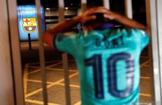 Messi Pengin Pergi, Fan Acungkan Jari Tengah di Depan Camp Nou - JPNN.com