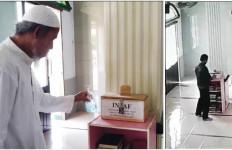 Lihat Aksi Pria Berjaket Masuk Masjid, Langsung Beraksi, Hanya Dua Menit - JPNN.com