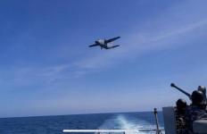 Sigap! Kapal Perang TNI AL Arahkan Senjata Anti-Udara ke Pesawat Musuh - JPNN.com