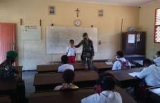Prajurit TNI Yonif 125 Mengabdikan Diri Jadi Tenaga Pendidik di Perbatasan - JPNN.com
